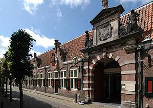 300px-Oudemannenhuis_toegangspoort_(Haarlem)